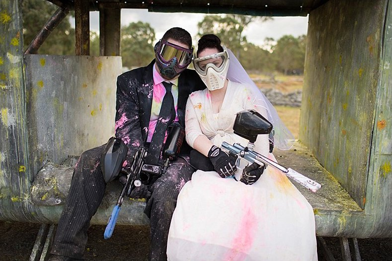 Couple de marié en tenue de paintball
