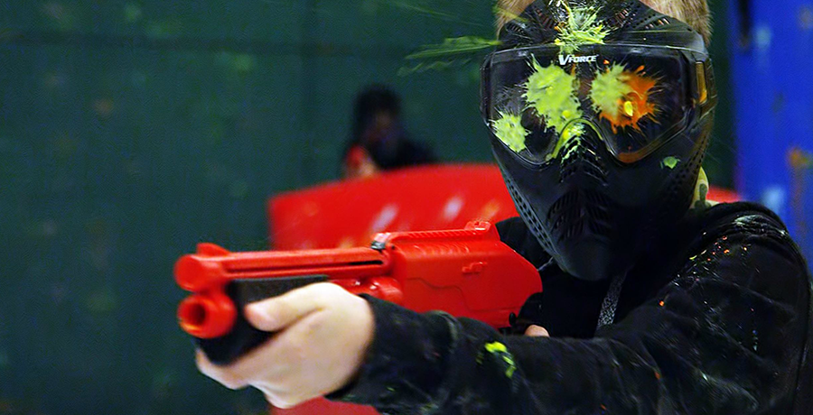 Enfant jouant au paintball