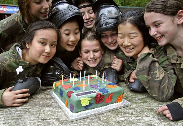 Enfants en treillis de camouflage